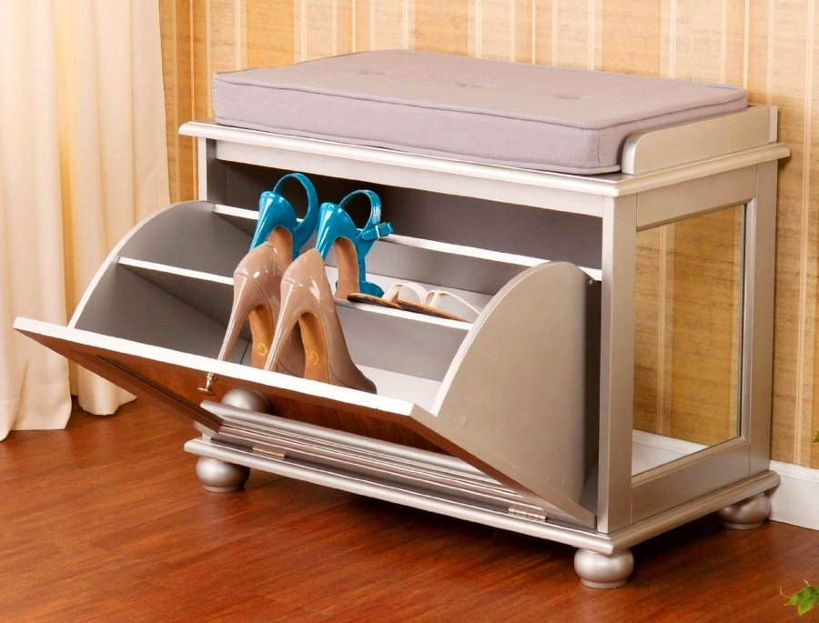 Женские туфли в откидной дверце пуфа в прихожей