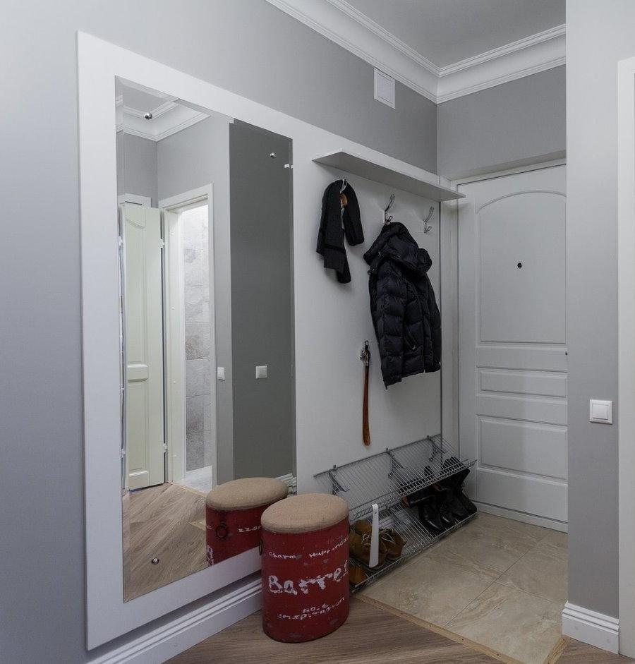 Большое зеркало в коридоре старой хрущевки