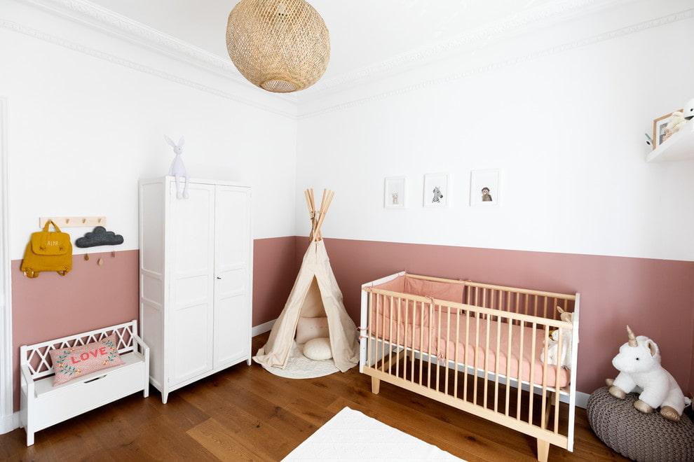 Контрастная окраска стен в комнате с белой мебелью