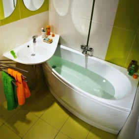 раковина над ванной фото