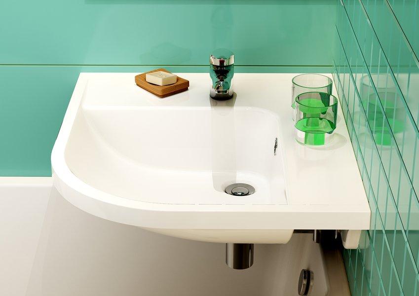 угловая раковина над ванной