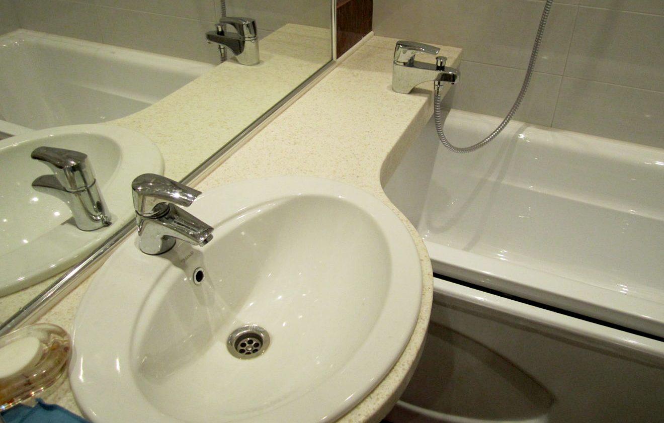 раковина со столешницей над ванной