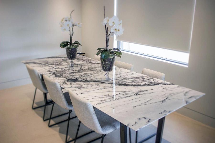 Обеденный стол с акриловой поверхностью для гостиной