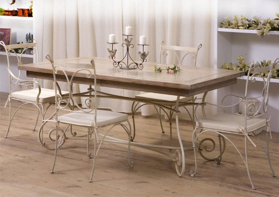 Раскладной стол в интерьере гостиной стиля прованс