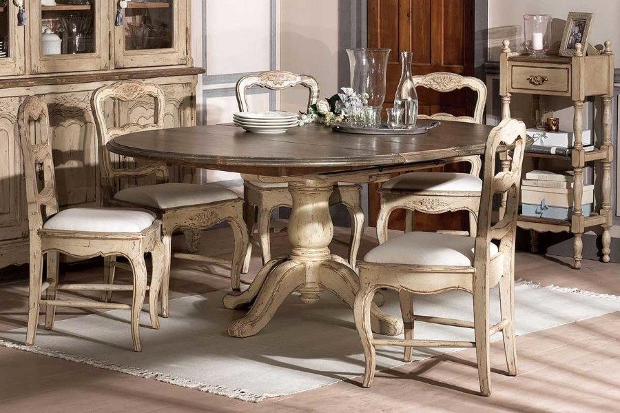 Массивный раскладной стол в гостиной кантри стиля