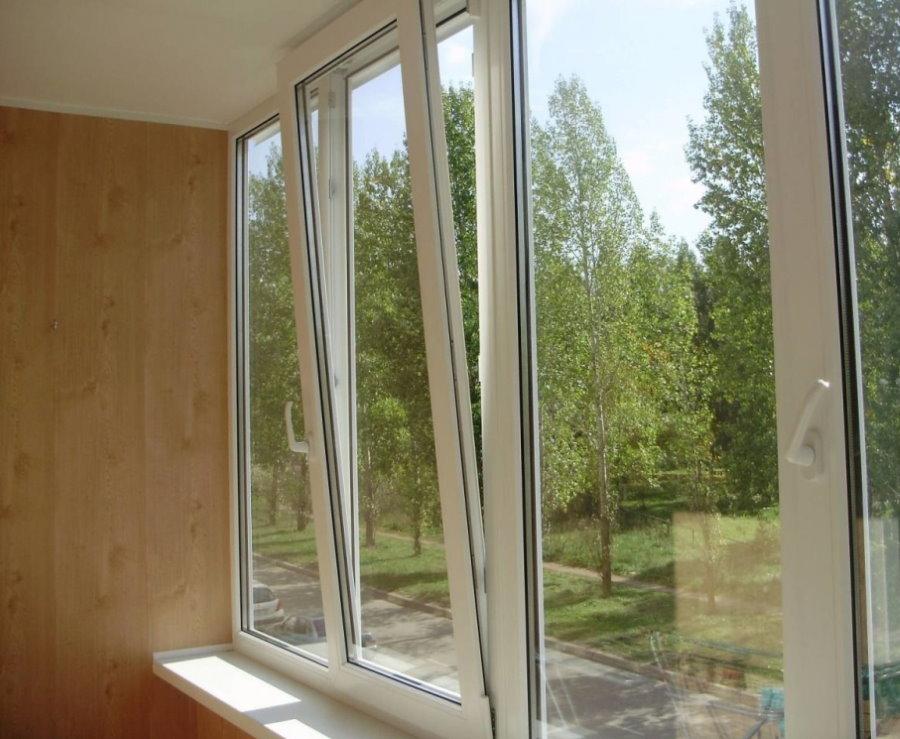 Створка ПВХ-окна в режиме проветривания