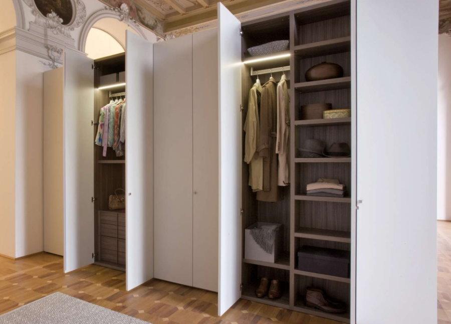 Открыте дверки распашного шкафа в коридоре