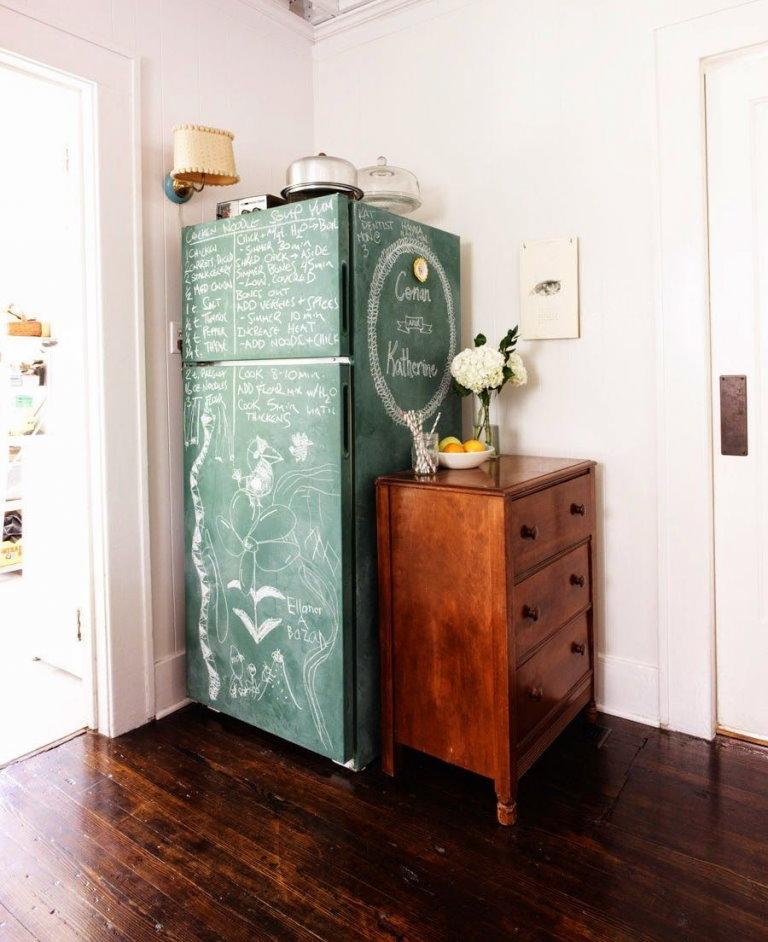 Расписанный мелом холодильник около комода в прихожей