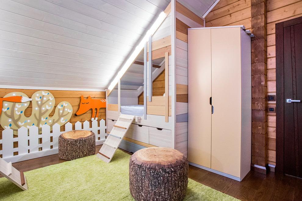 Распашной шкаф в детской комнате мансардного помещения