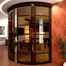Тонированные стекла на раздвижных дверях радиусного типа