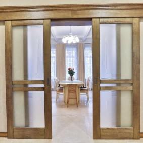 Деревянный карниз над двустворчатой раздвижной дверью