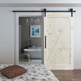 Недорогая раздвижная дверь из массива сосны