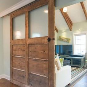 Сдвижная дверь с грубой отделкой деревянной поверхности