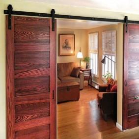 Двустворчатая дверь с отделкой морилкой