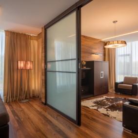 Зонирование гостиной раздвижной перегородкой