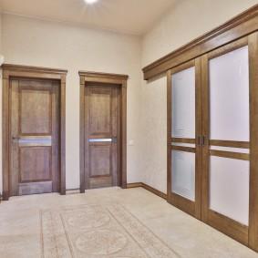 деревянные двери в холле среднего размера