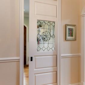 Стеклянная вставка в деревянном полотне двери