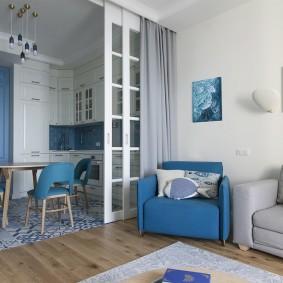 Синяя мебель в кухне-гостиной