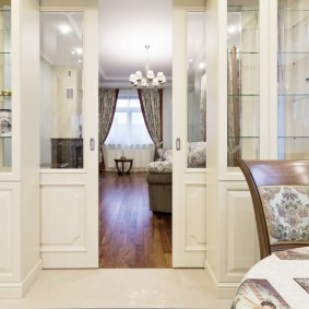Двери между гостиной и столовой комнаты в загородном доме
