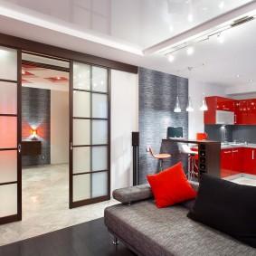 Красный гарнитур в кухне гостиной