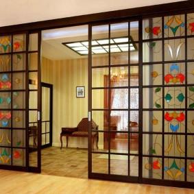 Декор витражами раздвижных дверей