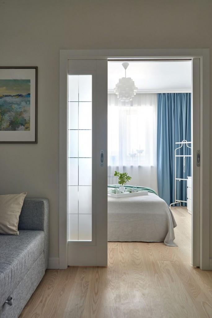 Белая раздвижная дверь между спальней и гостиной