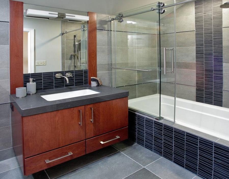 Раздвижная стеклянная шторка в ванной комнате