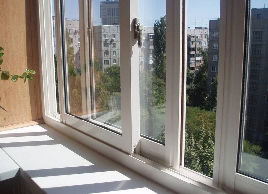 Раздвижные ПВХ-створки на балконе многоэтажки