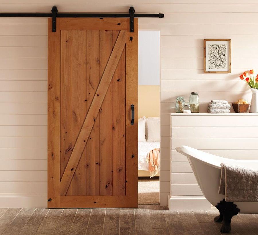 Сдвижная деревянная дверь в ванной комнате