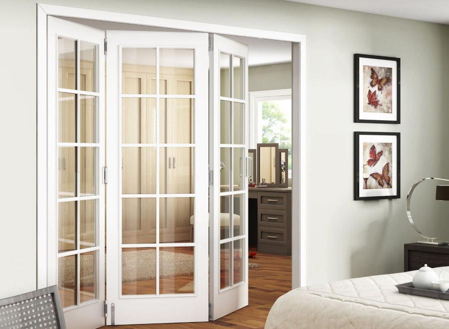 Белая дверь-гармошка в спальной комнате