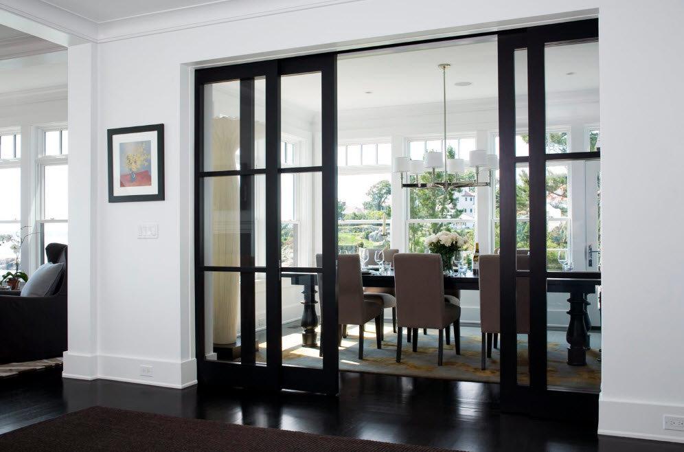 Черные раздвижные двери с прозрачными стеклами