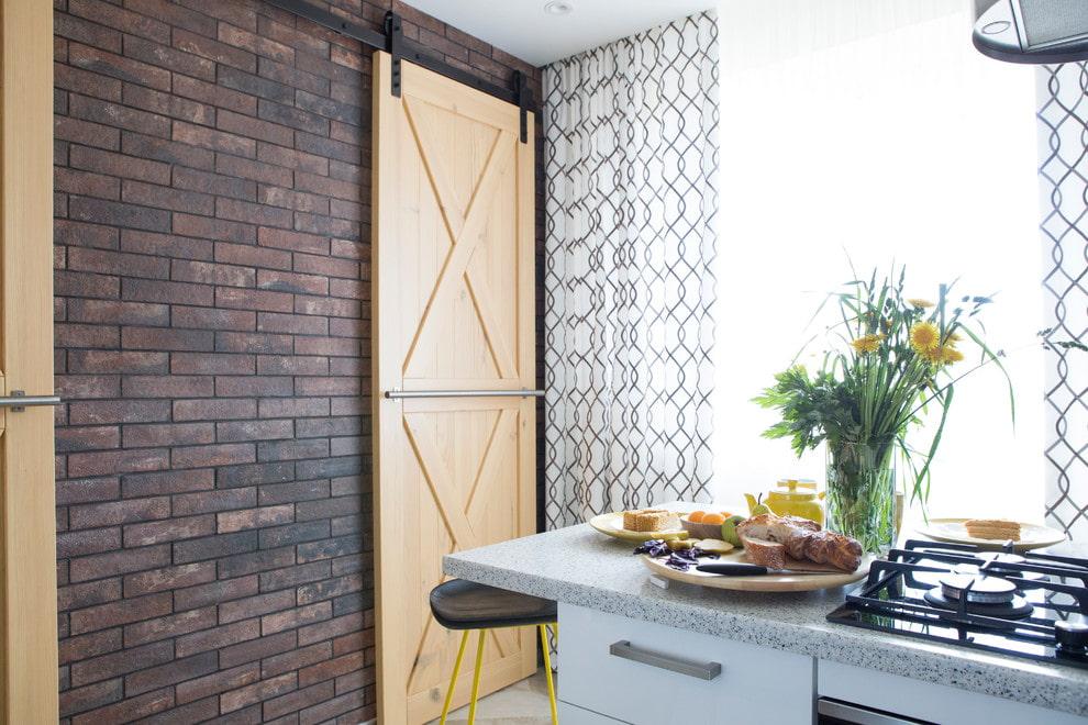 Сдвижная дверь в интерьере компактной кухни