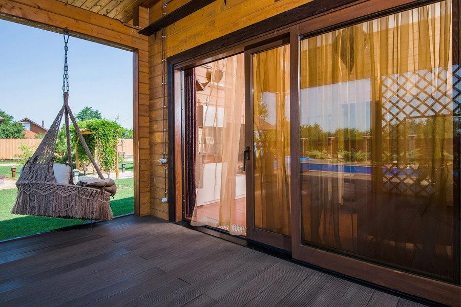Раздвижные двери на террасе частного дома