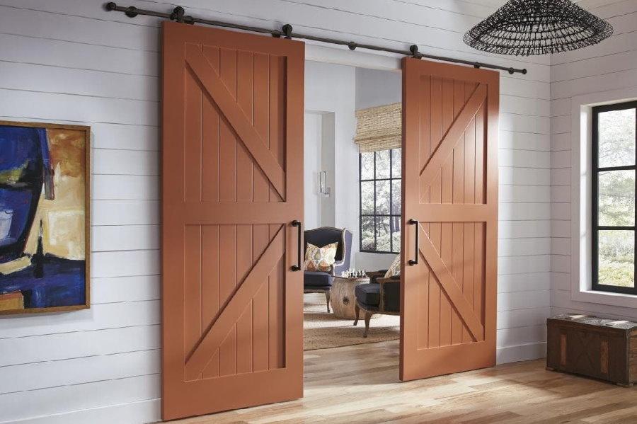 Массивные раздвижные двери в сельском доме