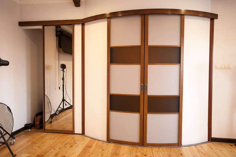 Радиусные раздвижные двери в прихожей комнате