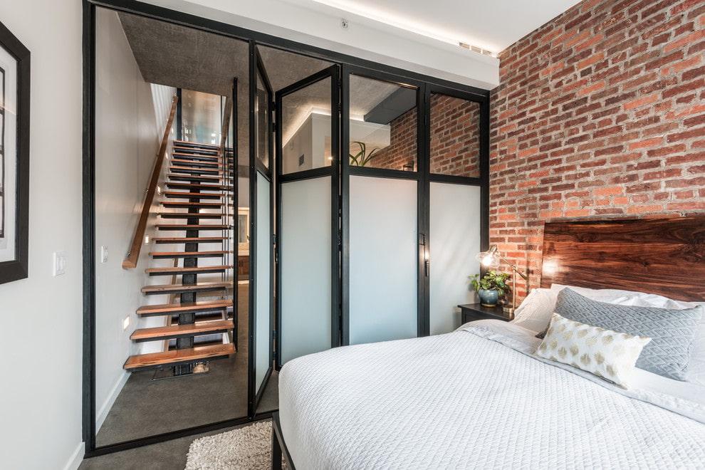 Раздвижная дверь складного типа в спальне
