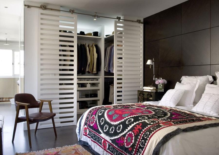 Решетчатые раздвижные двери в интерьере спальни