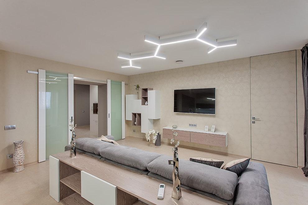 Линейные светильники на белом потолке гостиной
