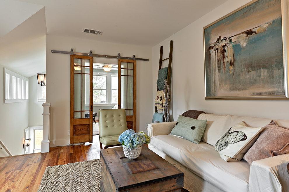Интерьер гостиной с раздвижными дверями