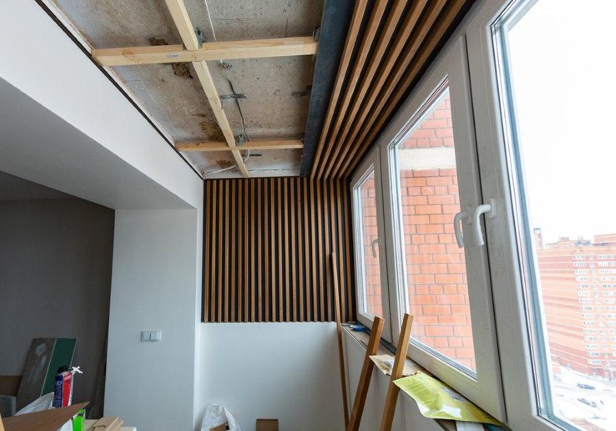 Отделка потолка присоединенного балкона рейками