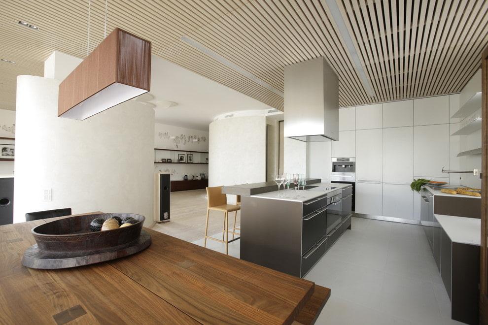 Декор рейками потолка в квартире студии