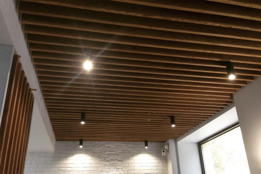 Тонкие рейки на потолке застекленной лоджии