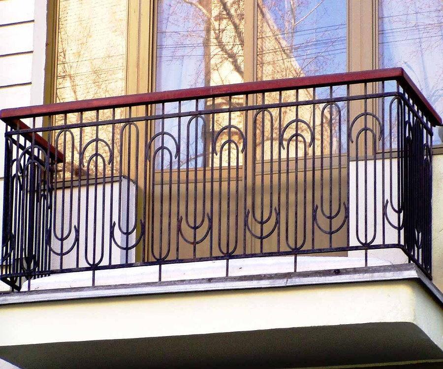 Решетчатое ограждение на открытом балконе квартиры