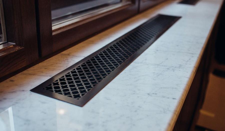 Вентиляционная решетка на столе-подоконнике