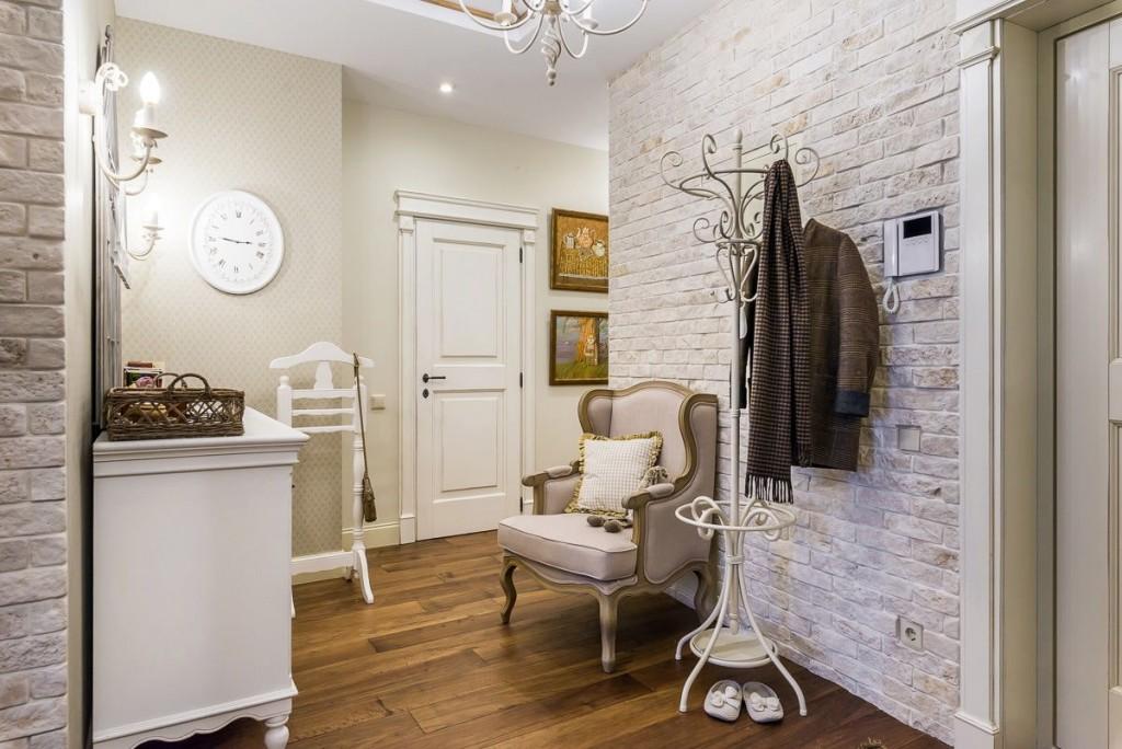 Белая мебель в коридоре классического стиля