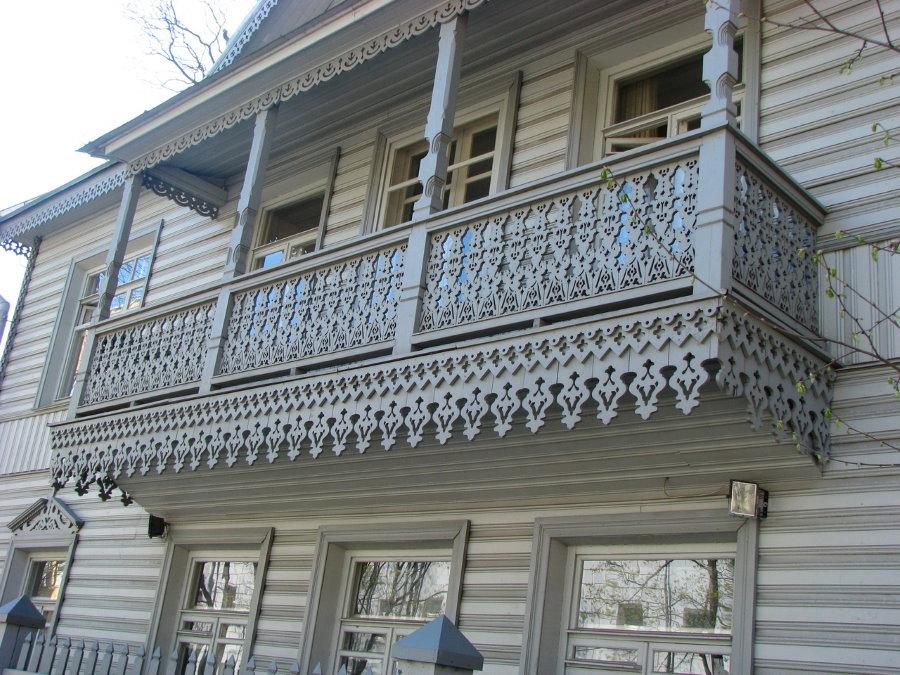 Красивый балкон с резьбой по дереву