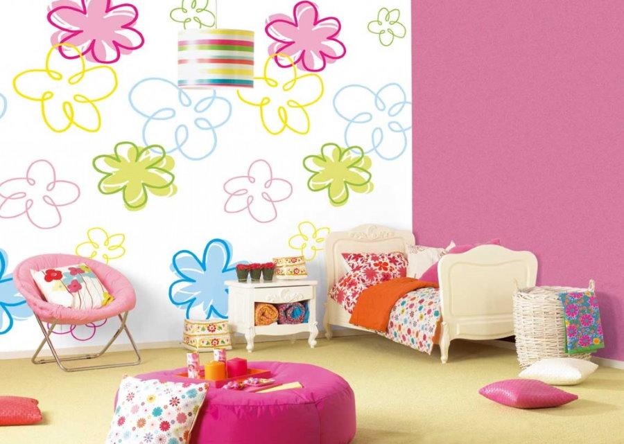 Нарисованные цветы на белой стене детской комнаты