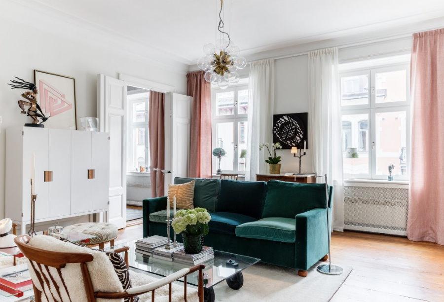 Розовые шторы в гостиной скандинавского стиля