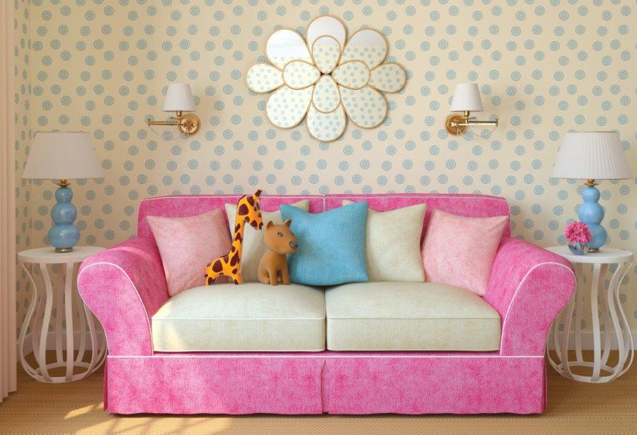 Розовый диван с мягкими подлокотниками