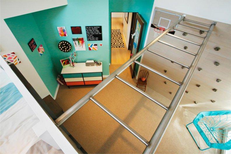 Лестница-рукоход между стенками детской комнаты